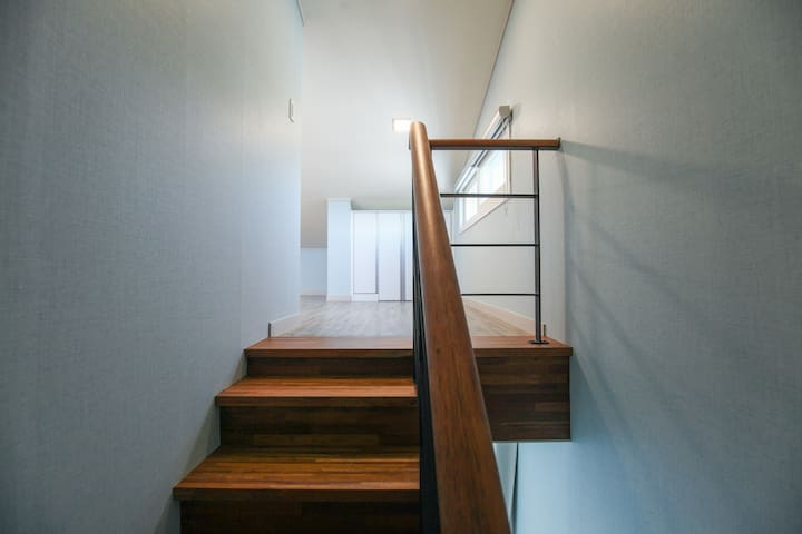 다락방으로 오르는 계단입니다.