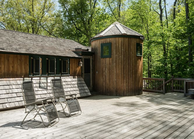 Gorgeous deck directly outside of guest apt. for guest use - looks out into woods under an open sky.