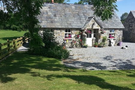 Enchanting Fairytale Cottage - piltown