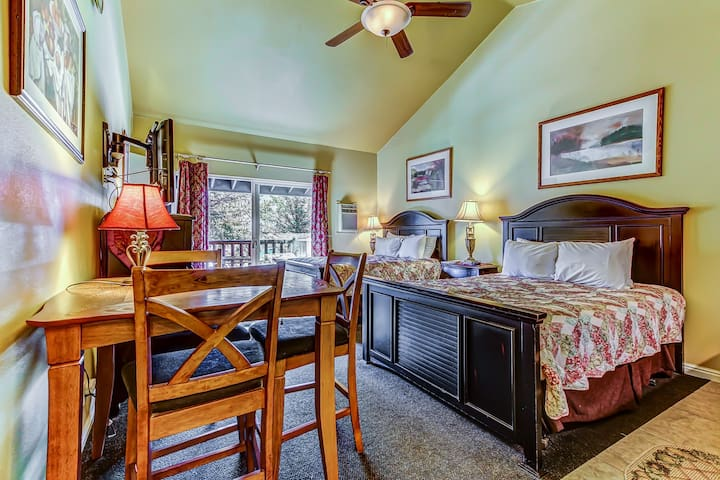 Convenient, contemporary studio w/ shared pool, hot tub, & private jetted tub