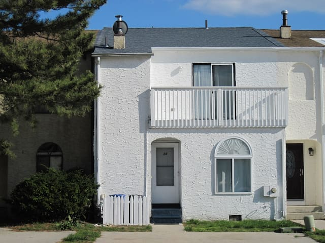 4 bdrm townhouse in Brigantine w grill and firepit