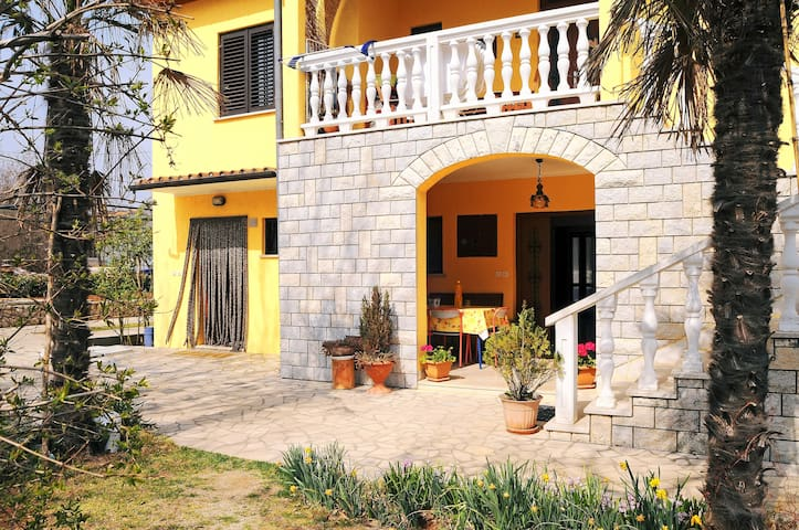 Cozy place with Parking Included - Labin - Rumah