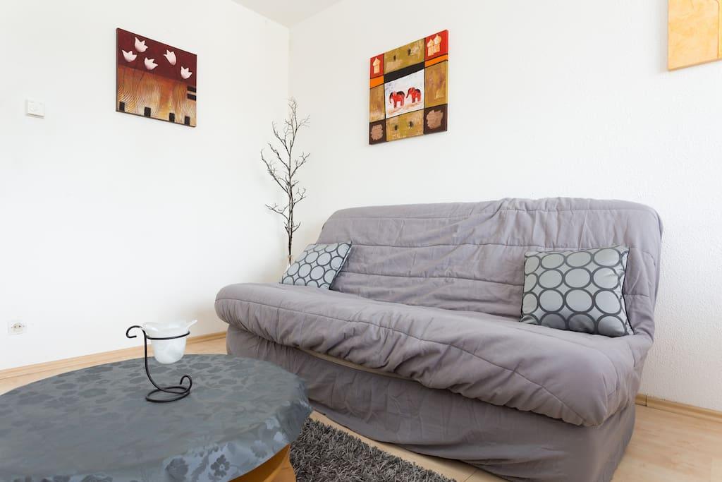 Le salon lumineux avec son canapé clic-clac