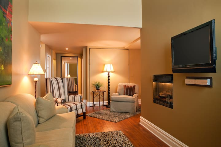 "The Queen Deluxe rooms feature hardwood floors, 32"" Flat Panel HDTV, Microwave and Refrigerator."