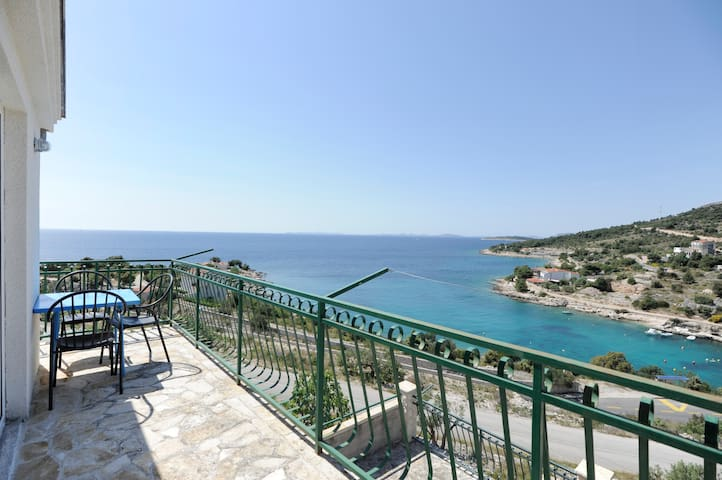 Apartments Mirela 4,direct sea view