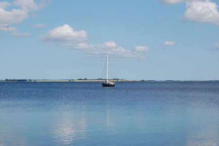 Skønt sommerhus med udsigt til vand - Mern - Vila