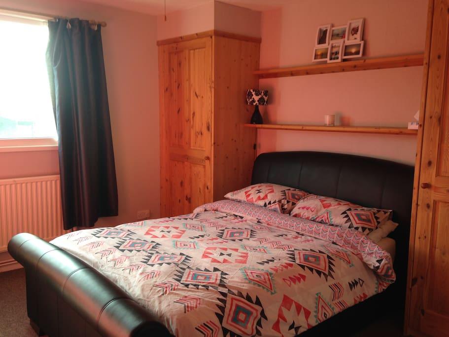 Double bedroom 1- queen sized bed