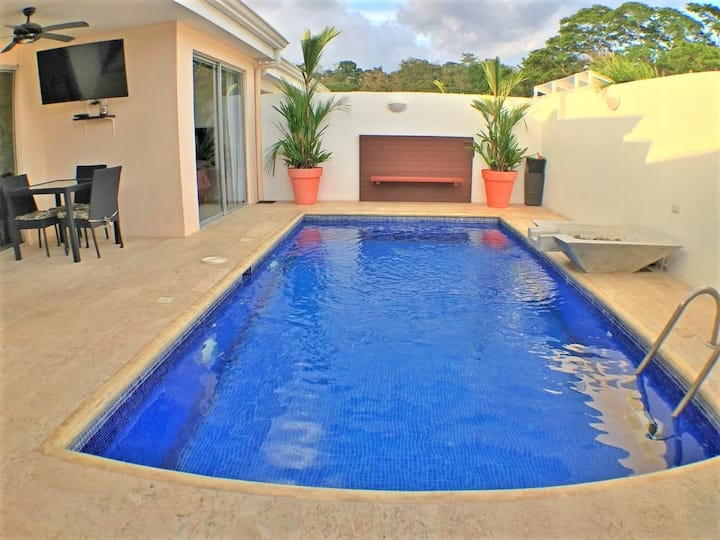 Modern townhome with private pool and grill, 5 minute drive to beach