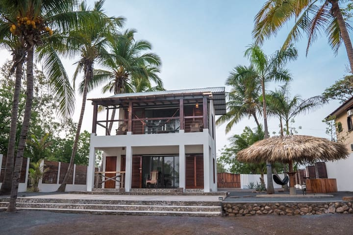 Oceanfront House on the Boom, Ideal for Couples!