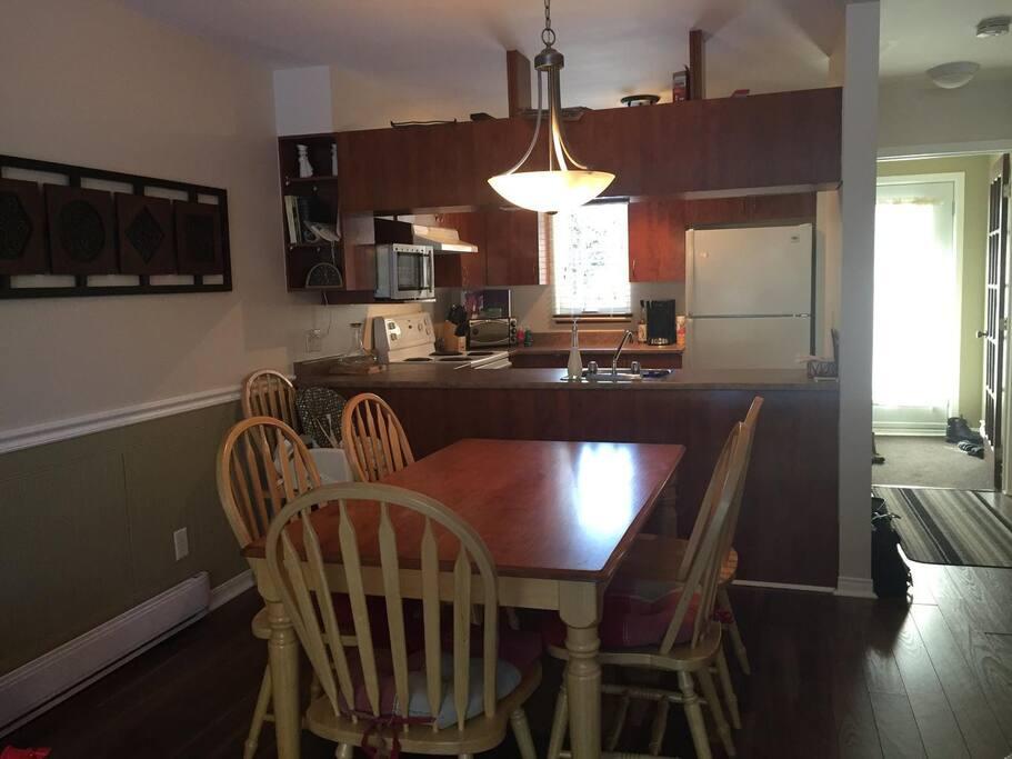 Full kitchen with dining room.  Cuisine tout équipée et salle à manger