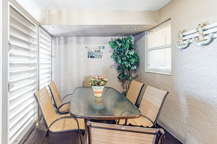 Gorgeous bay view condo, beach setup & bicycles included, Close to shopping