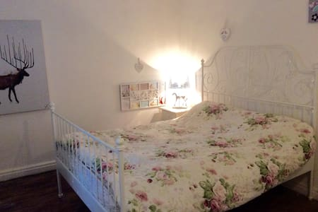 MANCHESTER AIRPORT clean kingbed ENSUITE-TV + WIFI - Altrincham - Dům