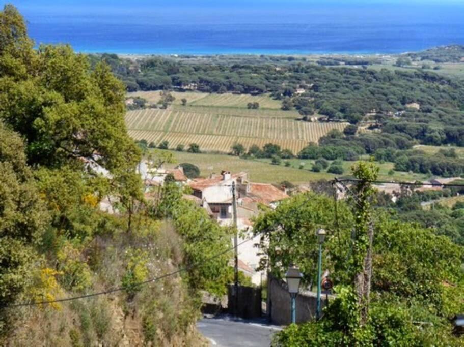 vue sur village et mer