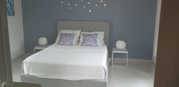 Cuarto Azul - Fresco amplio  baño privado moderno