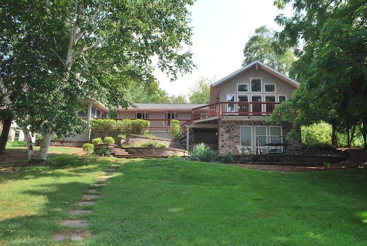 Newly Renovated Lakefront Family Vacation Home