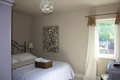 Perfect for 1 or 2! Bedroom/Bathroom/Kitchen/Diner