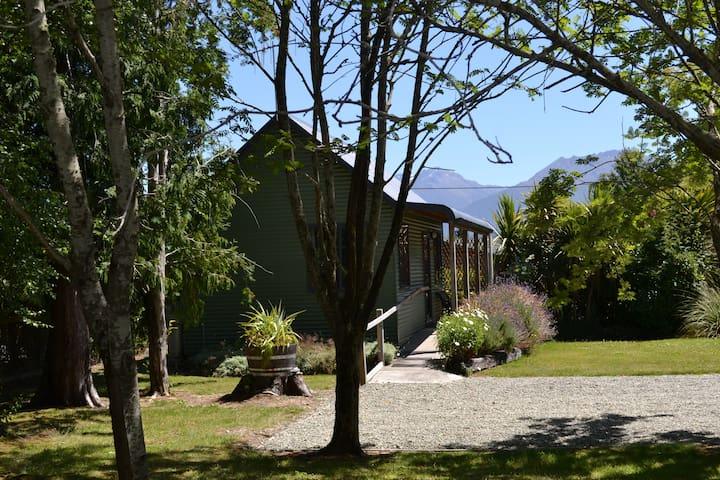 Kepler Cottage nestled in Parkland - Te Anau - Cabaña