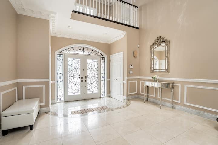 RichmondHill Luxury 1 Bedroom(suite A)