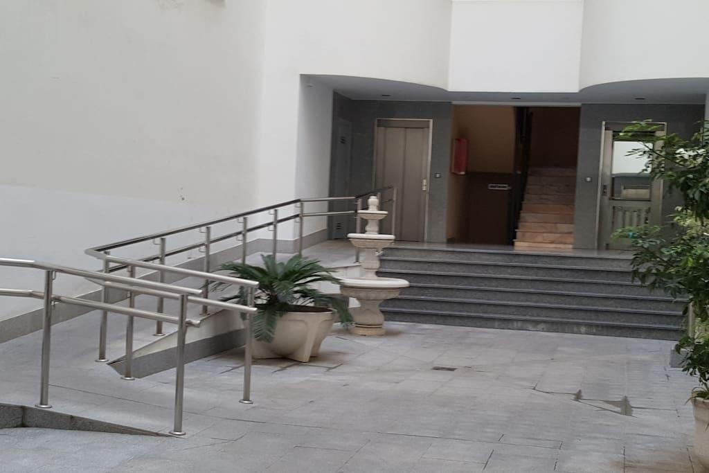 Entrada discapacitados y ascensor