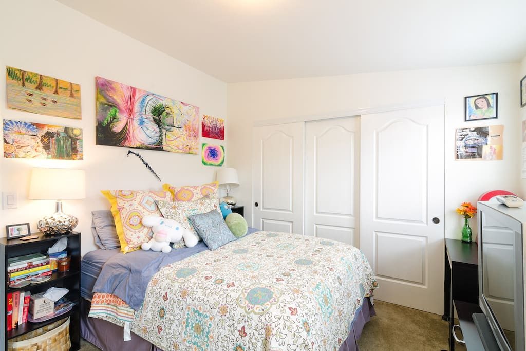 The guest room has a super comfy luxury queen mattress with pillow top, desk, tv with direct tv including HBO and Showtime and full attached bathroom, stocked with all your basic needs, (soap, shampoo, conditioner, Qtips, kleenex, etc.).