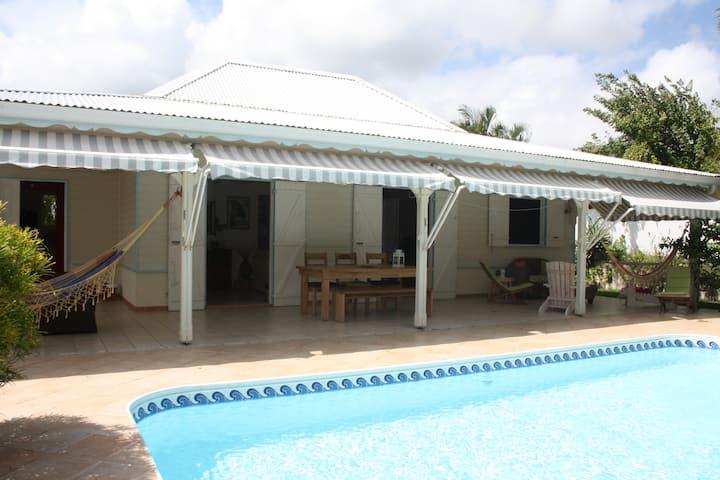 Chambre dans jolie villa et sa piscine au calme