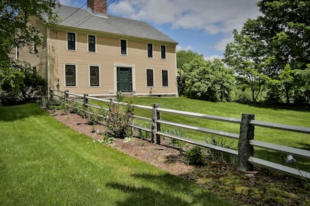 Beautiful restored 1772 Colonial Farm - Wilton