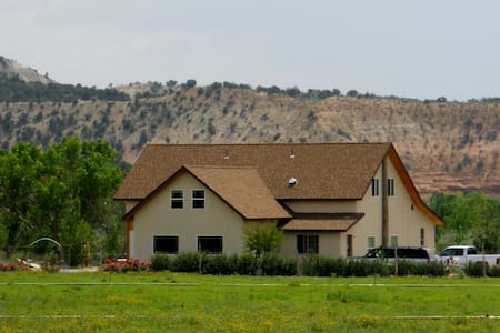 Beautiful Upst Apt by Bryce Canyon - Henrieville - 樓中樓