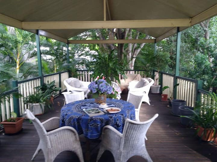 Toowong Queenslander Cottage - massive deck