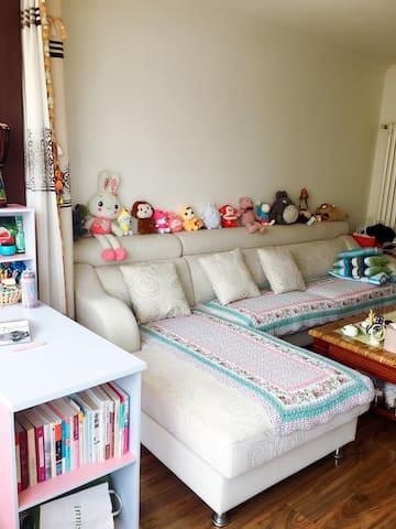 沙发一~沙发上的娃娃是在夹娃娃机里面夹的