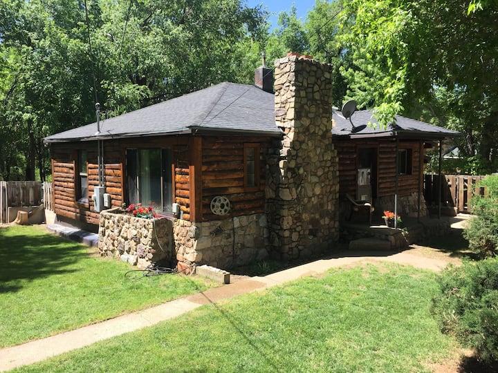 Cozy Cabin on river 3 ski resorts 15 minutes!