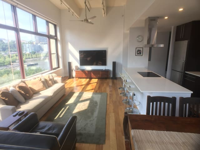 Luxury 2BR, Waterfront view, mins to NYC ★★★★★
