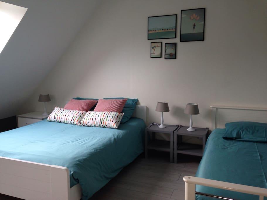 Un lit deux personnes et un lit simple
