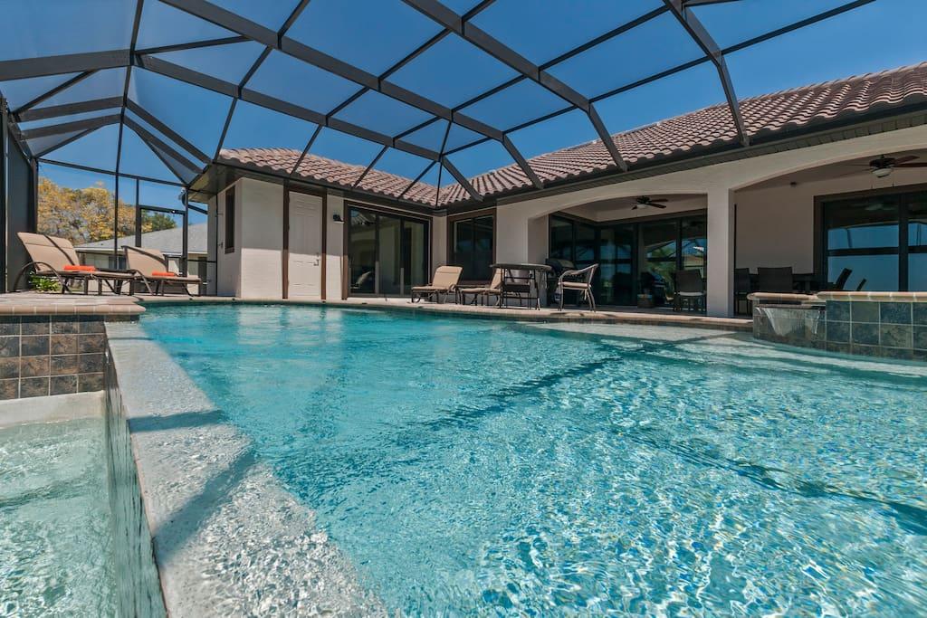Grosse Terrasse mit Swimmingpool/SPA und Überlaufkante