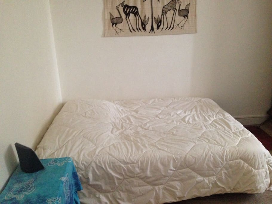 Grande chambre avec lit deux places + un lit bébé