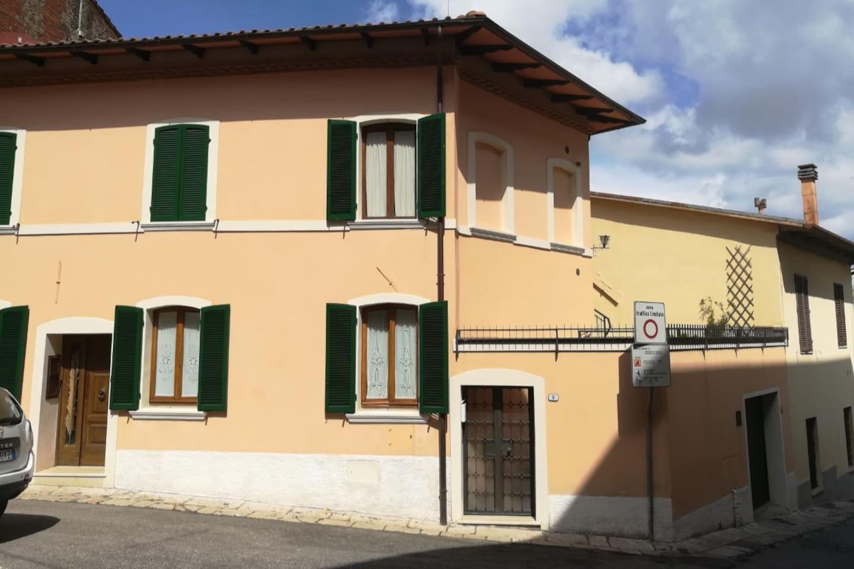 Appartamento con ingresso indipendente, terrazza panoramica arredata, due camere e un bagno.