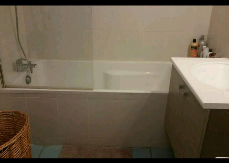 Salle de bain avec grande baignoire !