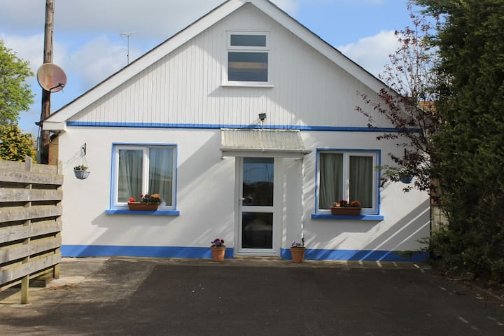 Holiday Chalet near the beach - Seamount, Courtown,Gorey - กระท่อมบนภูเขา