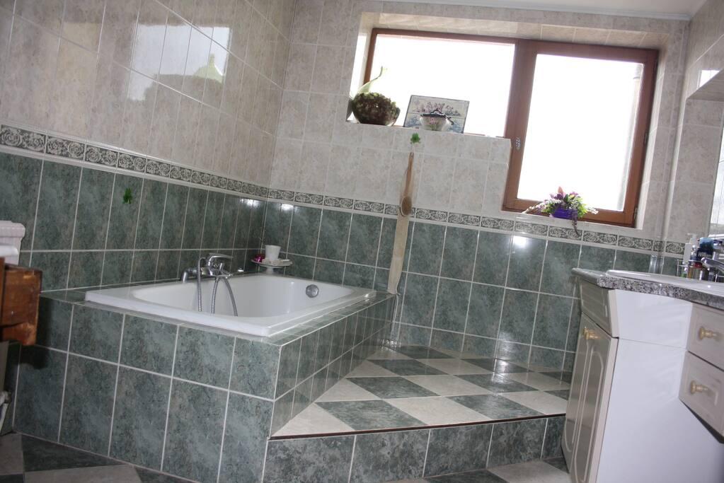 La salle de bain, et sa vue sur les Monts du Lyonnais.