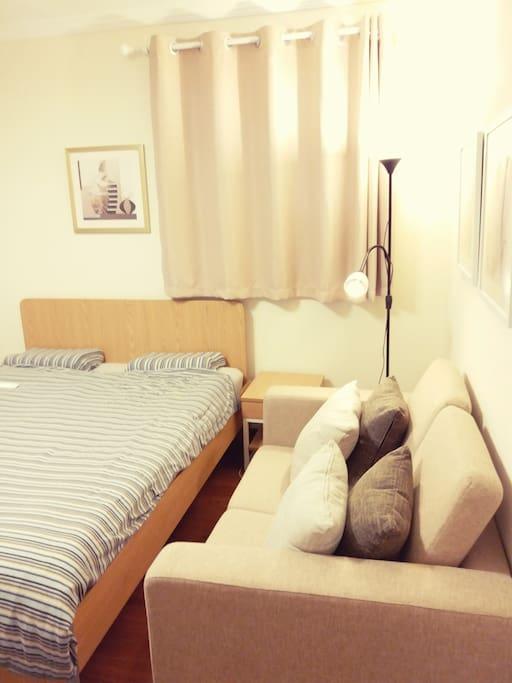 沙发有四个靠枕,如果你只需要两个,可以放两个去床上。可以在上面玩玩脸书或者微博,看书也是好主意