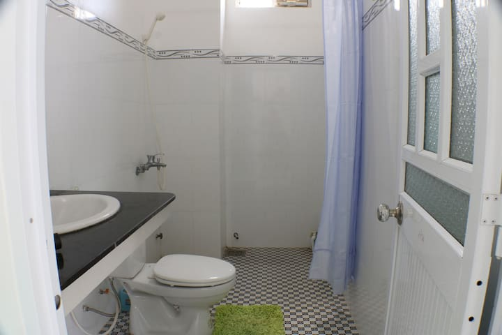 Good sized super clean bathroom with great hotwater