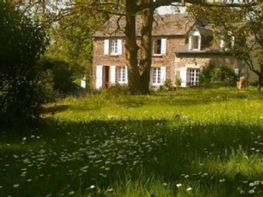 Le gîte et la maison principale vus du jardin.