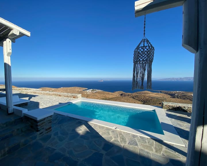 Villa with infinity pool and exceptional sea view