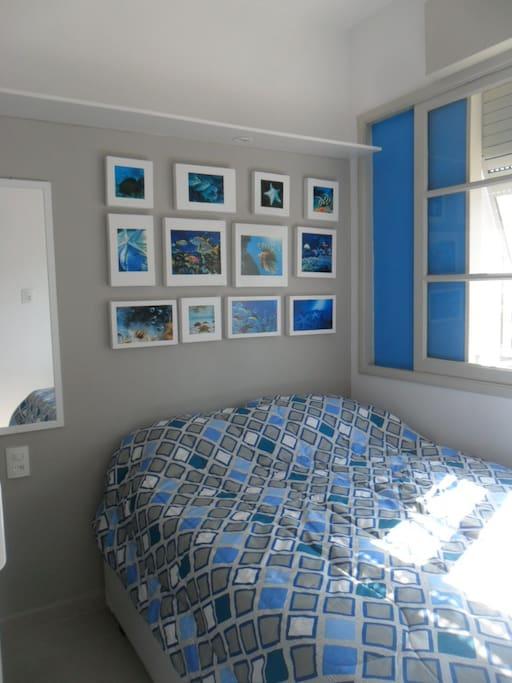 quarto com ar condicionado, cama de casal e janela....