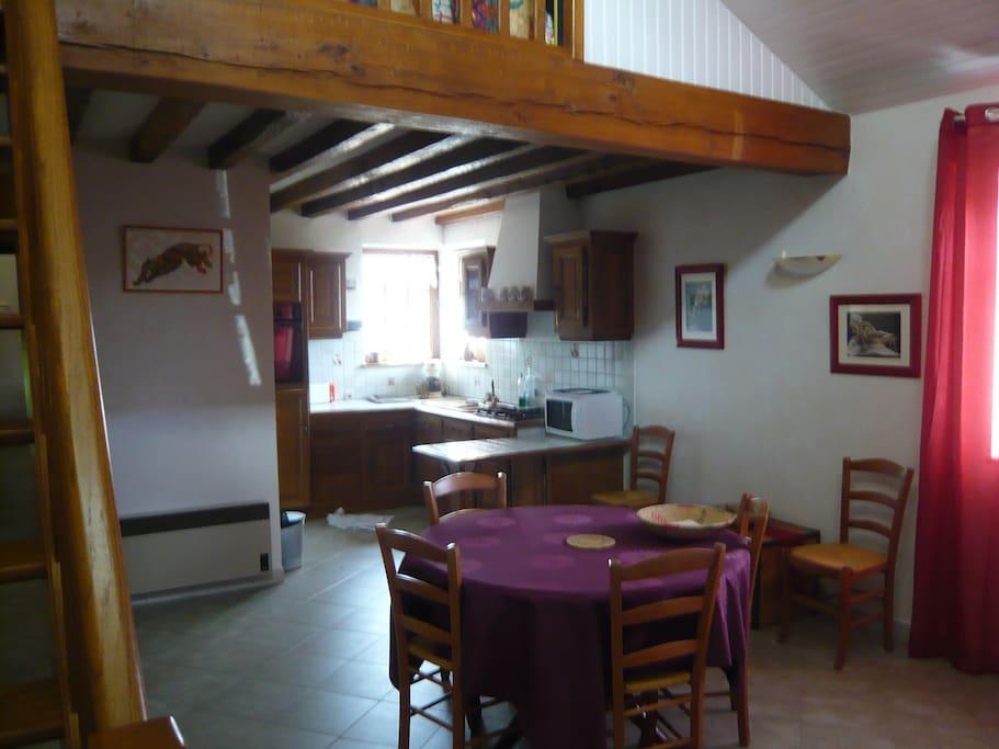le coin cuisine , ouvert sur la salle à manger