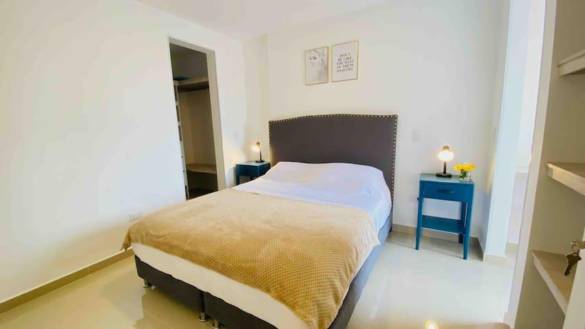 Dormitorio en planta baja (Piso 5), cama Queen size.