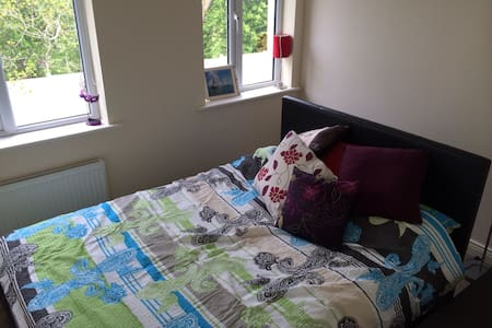 Cosy 2BD in the Charming Suburbs - Ashbourne - Bed & Breakfast