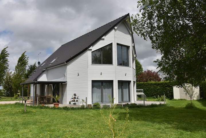 Espace privatif dans maison moderne - Courbépine