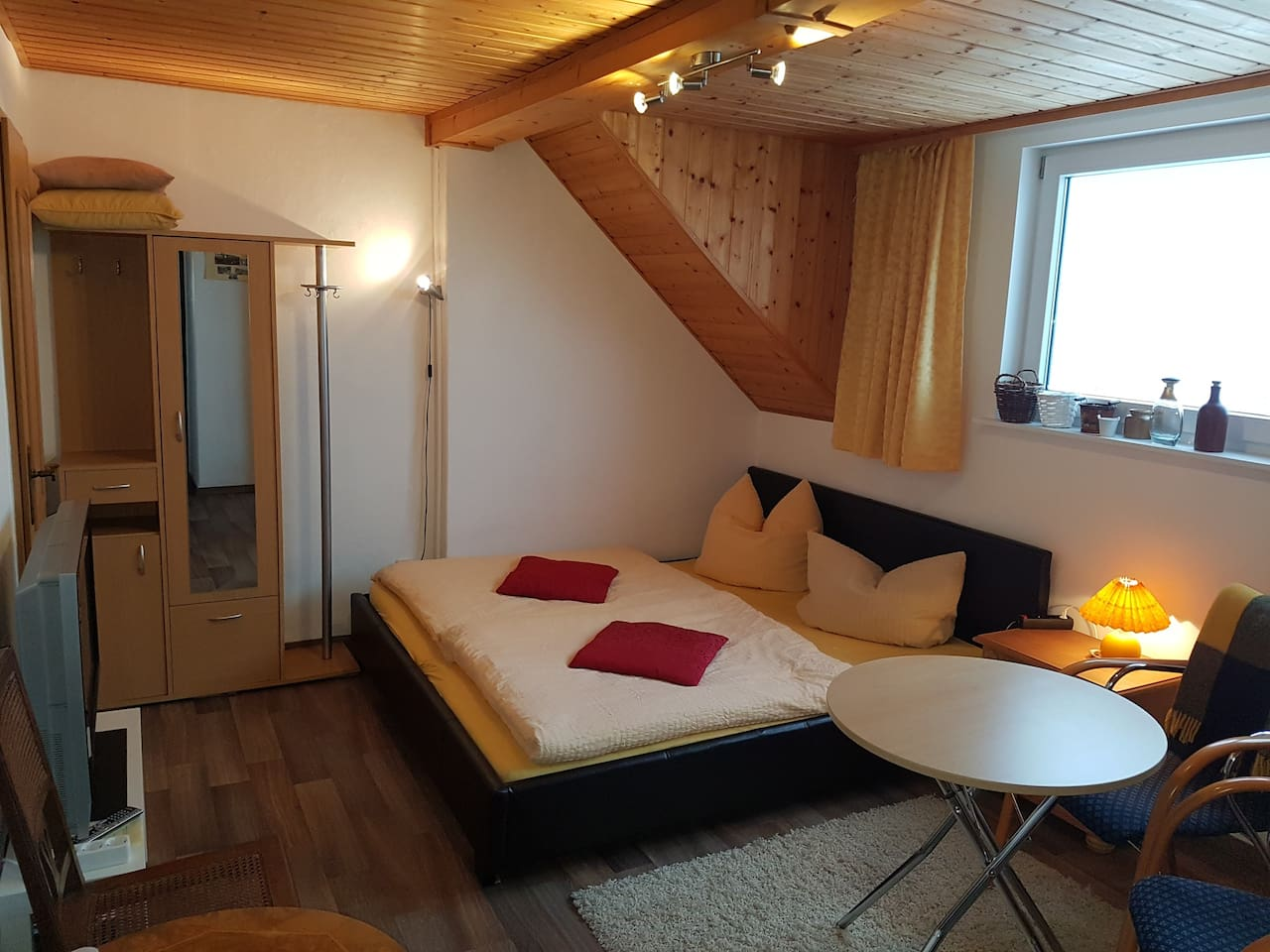 Gästezimmer mit Doppelbett (180 x 200),  Sitzgelegenheit und TV, WLAN/WIFI