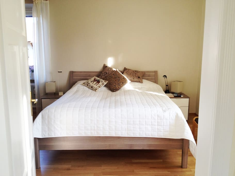 Friendly bedroom for two, full of light. / Helles, freundliches Schlafzimmer mit Doppelbett.