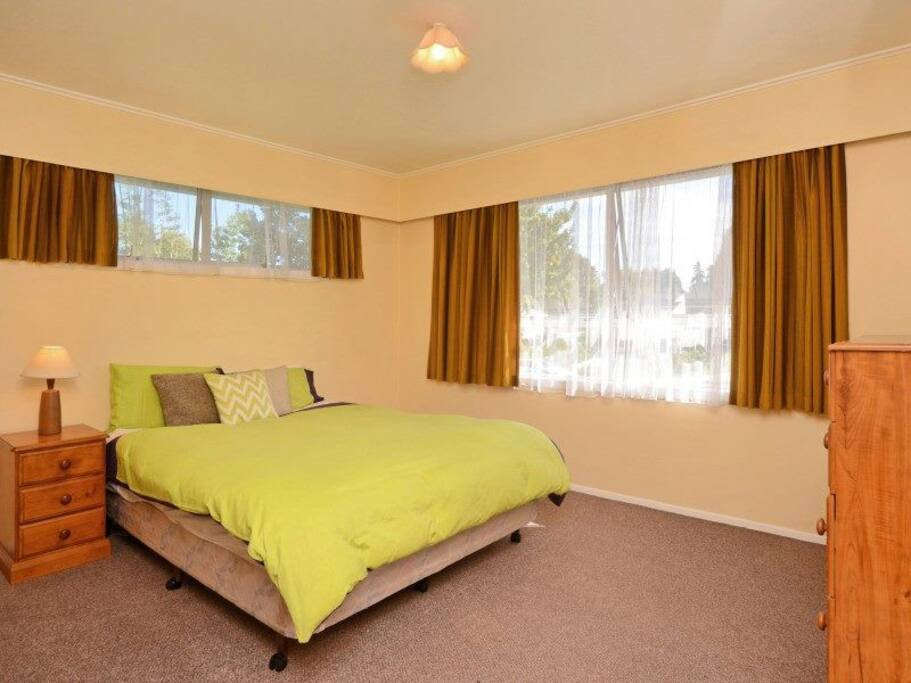 Another nice fully furnished room